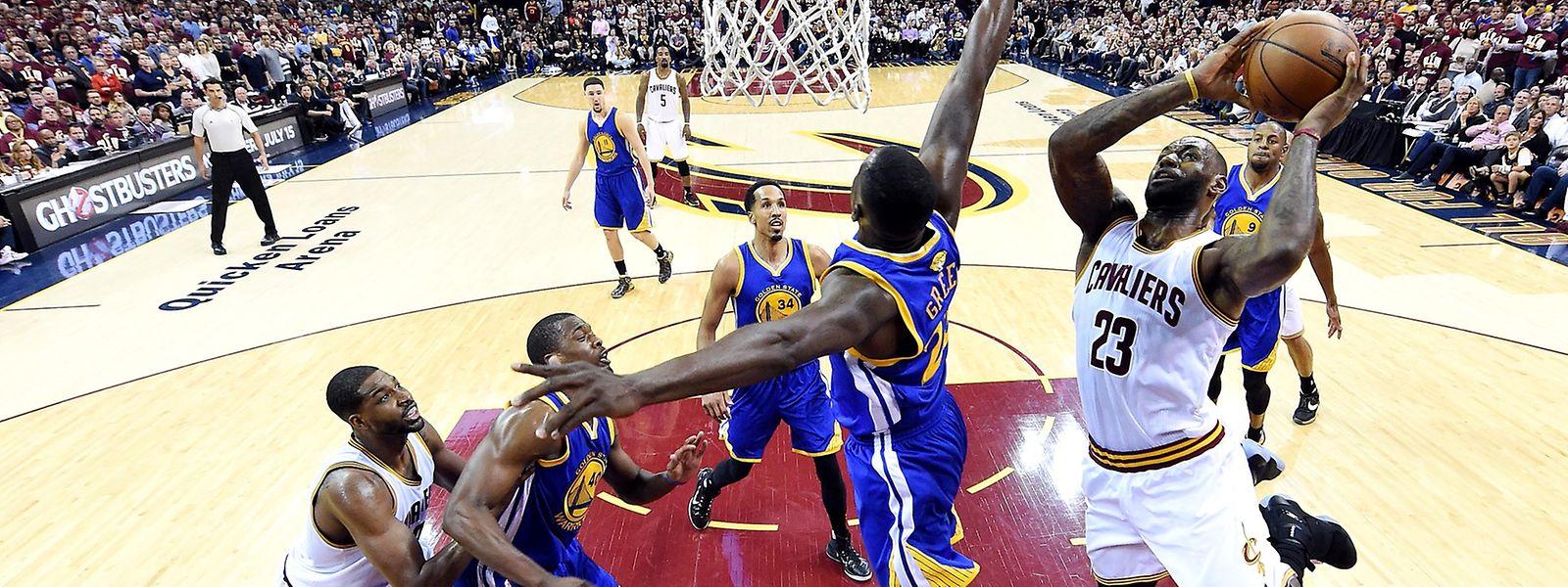 Lebron James (rechts) war von der Warriors-Defense nicht zu halten.