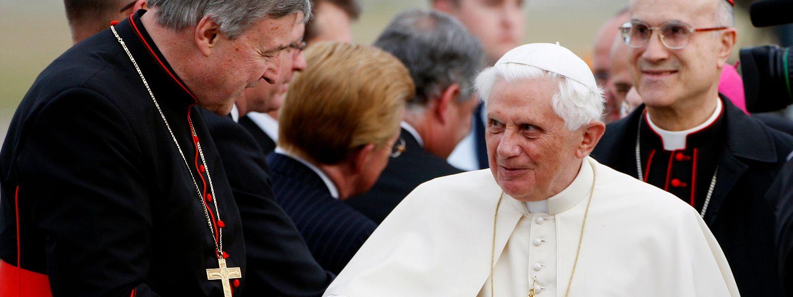 Papst Benedikt XVI. wurde 2008 vom damaligen Erzbischof von Sydney, Kardinal George Pell (links), in Australien empfangen