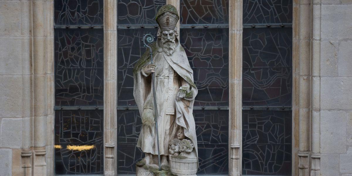 """Unsere Kathedrale trug einst den Namen """"Pfarrkirche St.-Nikolaus und St.-Theresia"""". An diesen früheren Namen erinnert bis heute eine große Skulptur des heiligen Nikolaus, die sich über dem Eingangsportal in der """"Ënneschtgaass"""" befindet."""