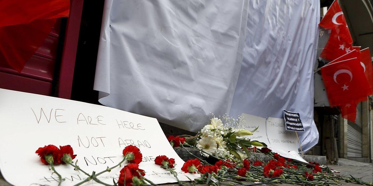Am Ort des Anschlags gedenken Einwohner der Opfer mit roten Nelken.
