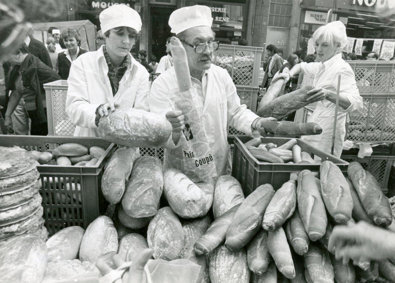 """Um homem vende baguetes na """"Braderie"""", em 1981"""