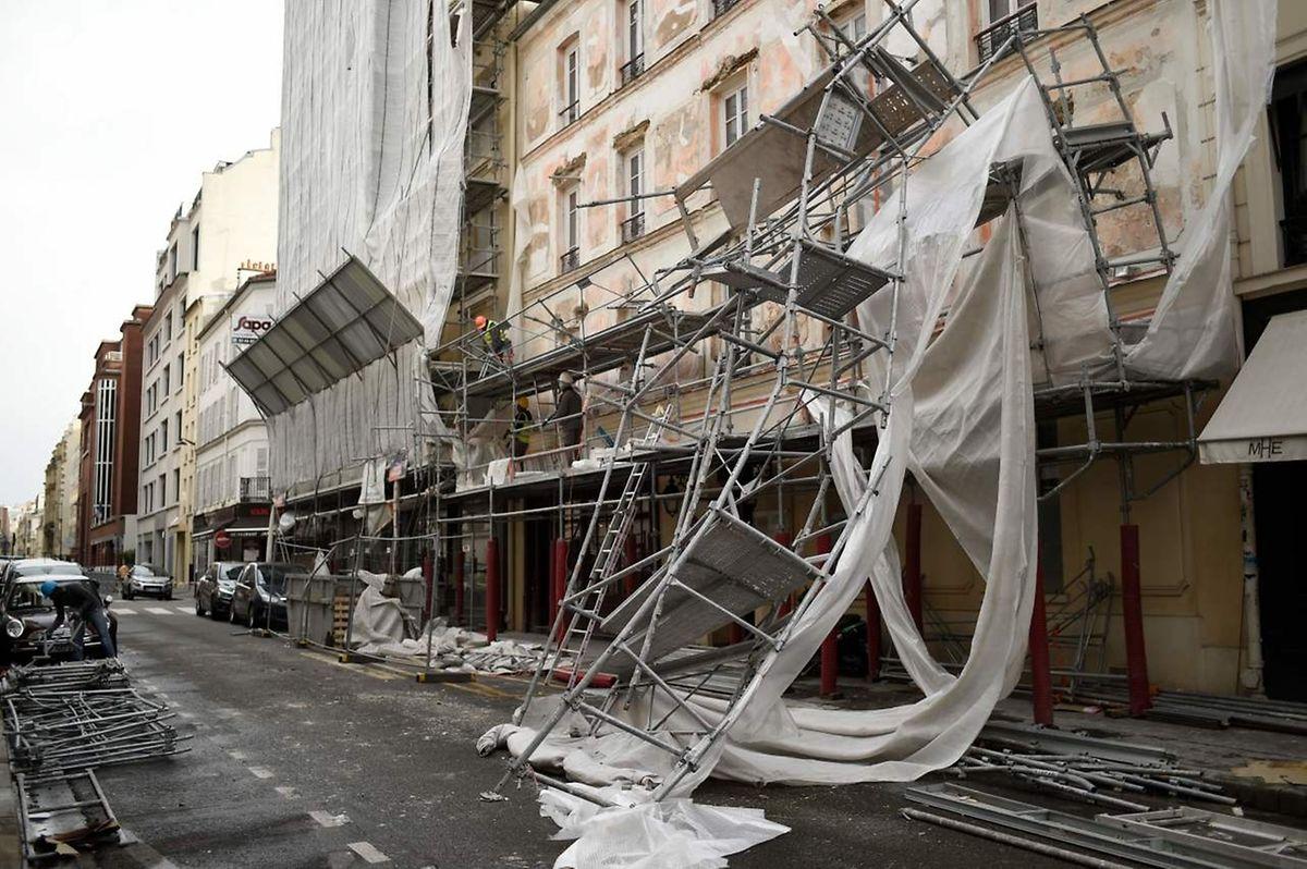 Im 17. Arromdissement von Paris wehte der Sturm ein mehrstöckiges Baugerüst um.