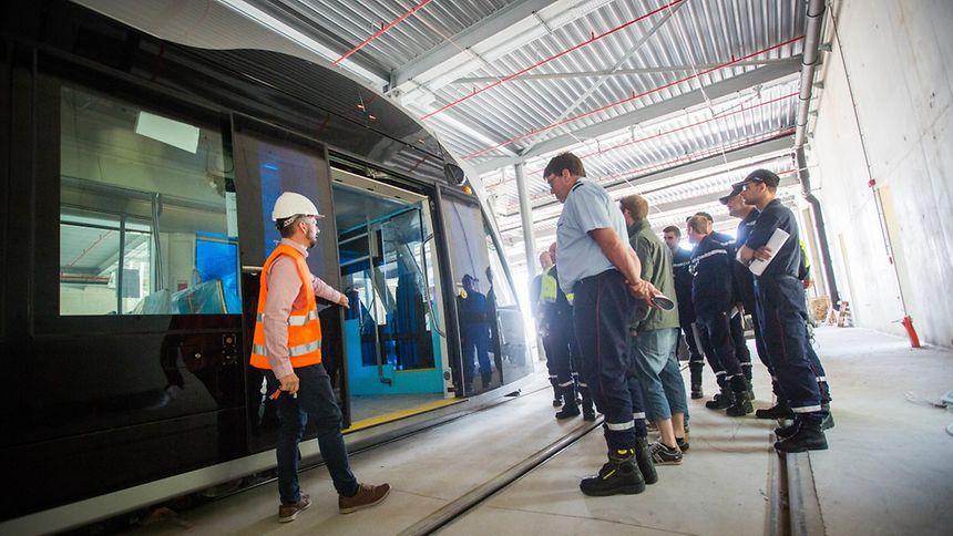 Nicht nur für Passagiere, Tramführer und andere Verkehrsteilnehmer ist die Tram ein Novum. Auch die Rettungsdienste müssen sich an den Neuzugang gewöhnen. Die permanent unter Strom stehende Hochspannungsleitung macht Einsätze in ihrer unmittelbarer Umgebung zu einem heiklen Unterfangen.