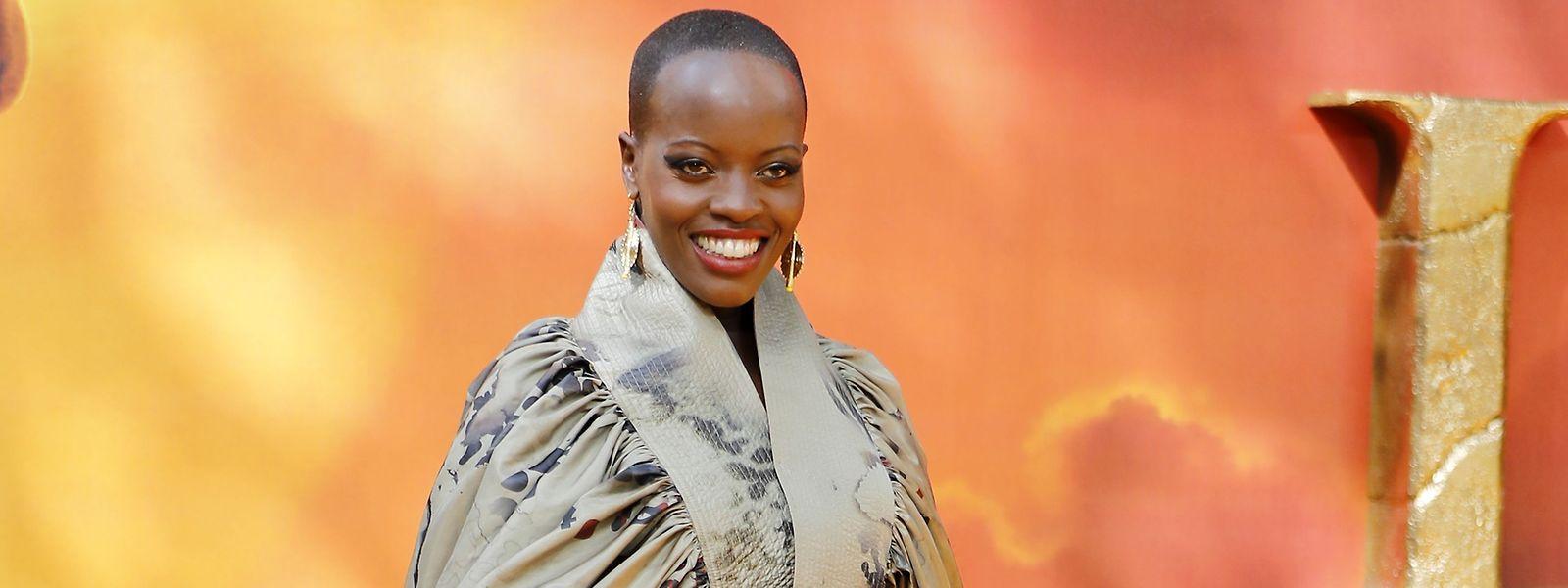 """Tradition trifft Moderne: Zur """"Lion King""""-Europapremiere in London trug die deutsch-ugandische Schauspielerin Florence Kasumba ein Ensemble aus der """"Africanah""""-Kollektion des südafrikanischen Designers David Tlale."""