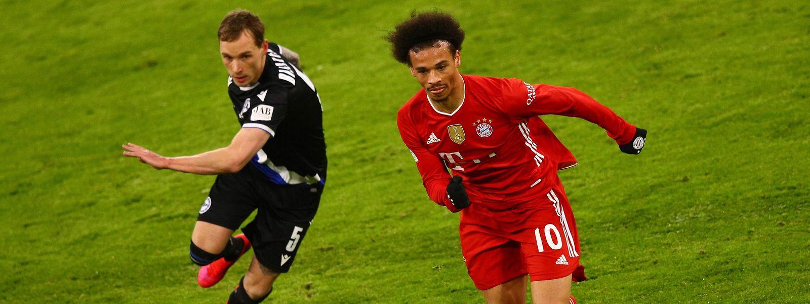 Bayern Münchens Leroy Sané (r.) und Bielefelds Jacob Barrett Laursen jagen dem Ball hinterher.