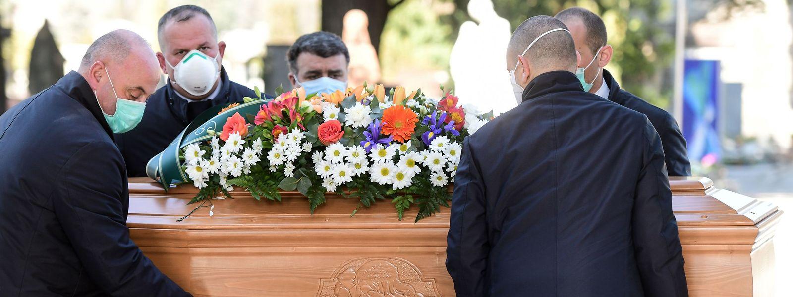 Comme médecins, pharmaciens ou personnels soignants, les employés funéraires sont prioritaires dans les distributions de protection.