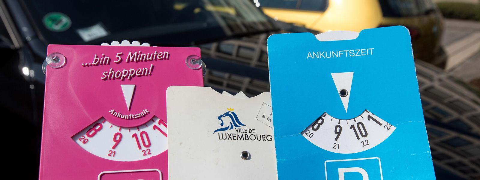 Neben der bekannten blauen, existiert in einigen Gemeinden auch eine gültige weiße Variante der Scheibe. Der rosarote Shoppingverweis ist als Schutz vor Strafzetteln hingegen untauglich.