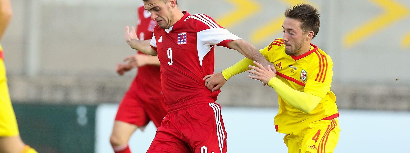 Luxemburgs U21-Nationalspieler Jeff Lascak (9) im Zweikampf mit Joshua Sheehan.
