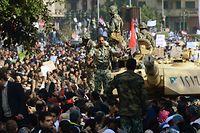 ARCHIV - 01.02.2011, Ägypten, Kairo: Soldaten kontrollieren die Menschen, die auf den Tahrir-Platz strömen. Am achten Tag der Proteste gegen das Regime des ägyptischen Präsidenten Husni Mubarak werden heute auf einer großen Demonstration eine Million Menschen erwartet. (zu dpa ««Existieren ist Widerstand»: Zehn Jahre nach Ägyptens Revolution») Foto: picture alliance / dpa +++ dpa-Bildfunk +++