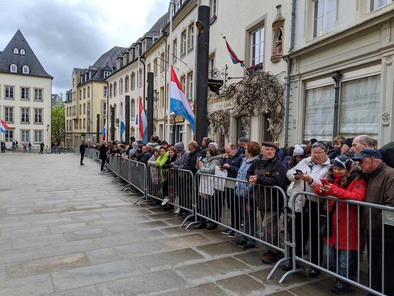 Bereits eine Stunde vor der erwarteten Ankunft in Luxemburg-Stadt hatten sich Menschen vor dem Palais versammelt, um dem Monarchen eine letzte Ehre zu erweisen.
