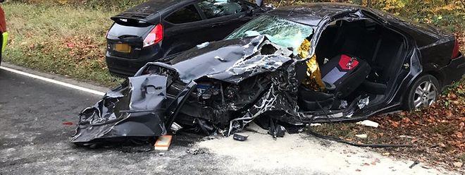 Une personne a été prise au piège dans sa voiture.