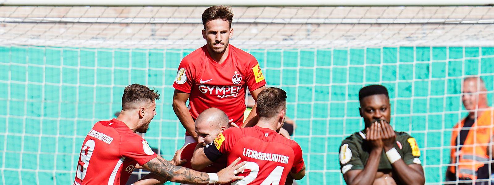 Kaiserslauterns Elfmeter-Torschütze Manfred Starke (M) jubelt mit Mannschaftskollegen über das Tor zum 1:0.