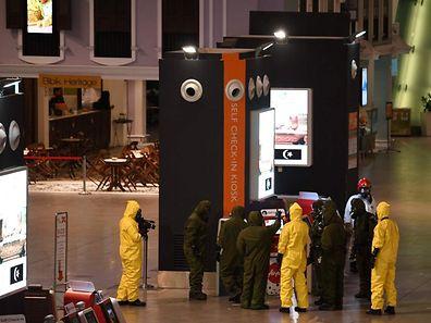 Une équipe de spécialistes procède à la décontamination du hall des départs de l'aéroport de Kuala Lumpur en Malaisie, après que Kim Jong-Nam a été tué avec une arme neurotoxique le 25 février.