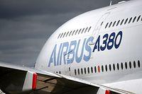 ARCHIV - 16.07.2017, Großbritannien, Hampshire: Ein Airbus A380 des europäischen Flugzeugherstellers Airbus wird bei der Farnborough International Airshow ausgestellt. Der Luftfahrt- und Rüstungskonzern Airbus hat Großbritannien im Falle eines ungeregelten Austritts aus der Europäischen Union mit der Schließung von Fabriken gedroht. (zu dpa «Airbus droht Großbritannien bei Brexit ohne Abkommen» vom) Foto: Andrew Matthews/PA Wire/dpa +++ dpa-Bildfunk +++