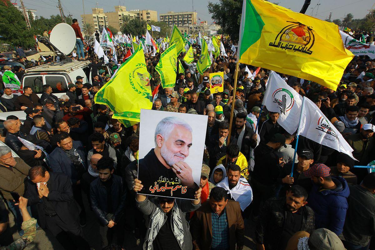 Zahlreiche Anhänger des getöteten iranischen General Soleimani nehmen an einem Trauerzug teil.
