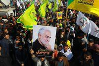 Anhänger des getöteten iranischen General Soleimani nehmen an einem Trauerzug in der irakischen Hauptstadt teil.