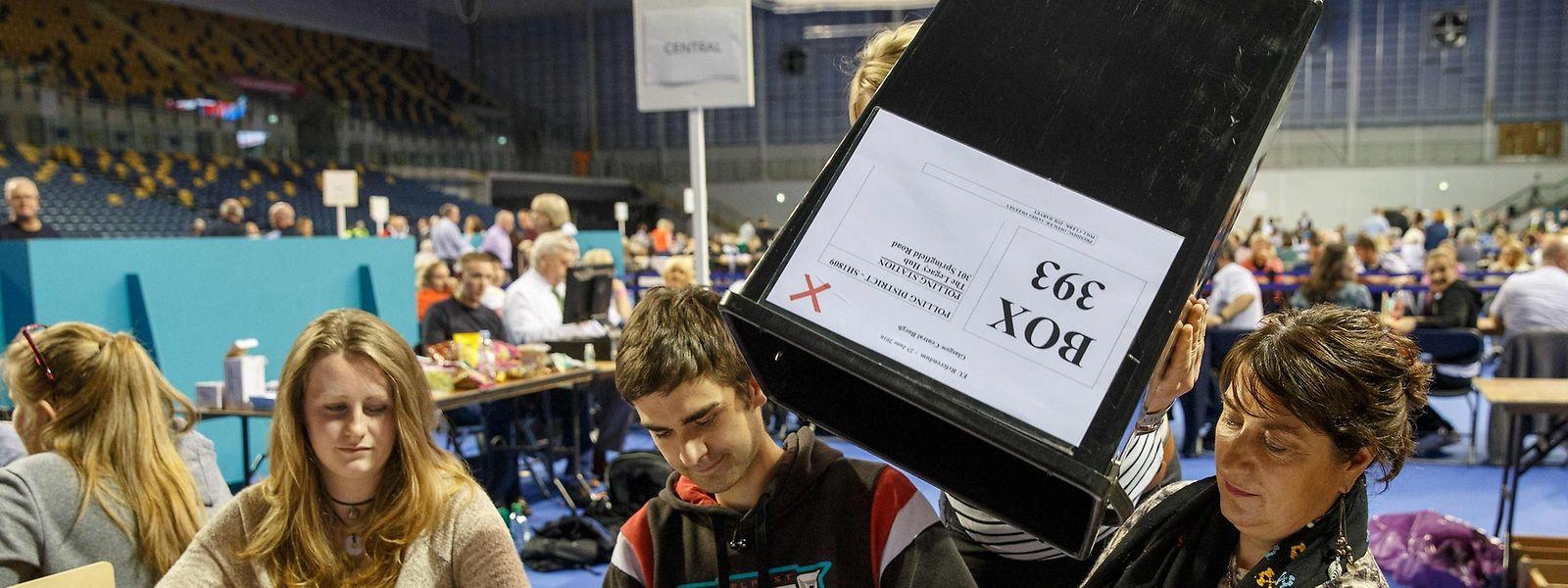 Ein Wahllokal in Glasgow. Auch hier wurde die ganze Nacht durchgezählt.