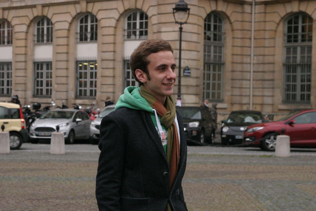 Nicolas Wurth, passe devant l'Université de Panthéon-Sorbonne où il étudie le droit. Depuis les attentats du 13 novembre 2015, il «n'a pas peur de sortir mais quelque chose est resté».