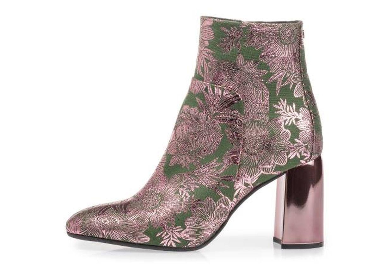 Floris Van Bommel verleiht seinen Stiefeletten mit Brokat-Optik in Metallic und Grün das gewisse Etwas (um. 250 Euro).