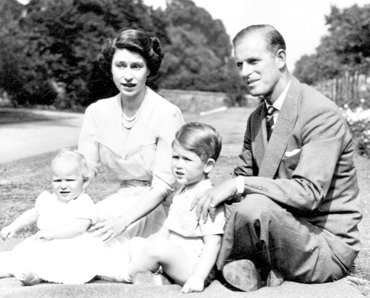 Ein Sonntagsausflug in den Park: Elizabeth und Prinz Philip mit Prinz Charles und seinem Schwesterchen Anne.