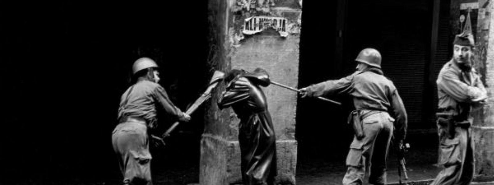 1960, la guerre en Algérie: l'armée française contre des émeutiers. Ayant débuté avec une série d'attaques en 1954, les «événements» vont se poursuivre jusqu'en 1962, quand l'Algérie accédera à l'indépendance.