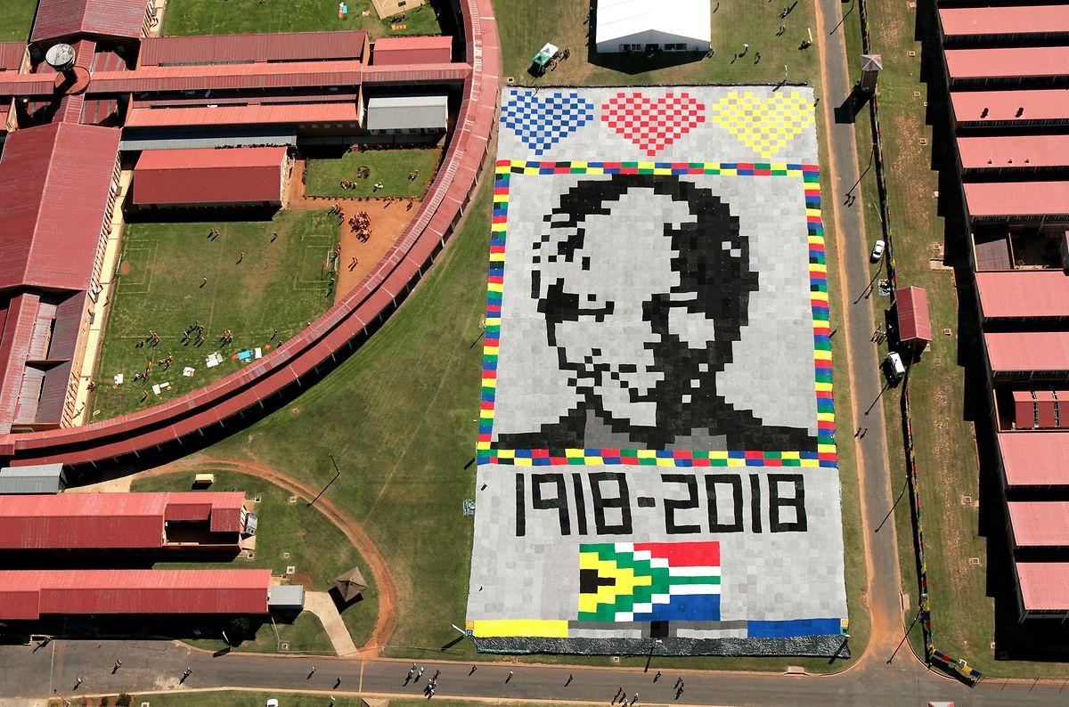 4.000 Decken wurden auf einem Sportplatz zu einem gigantischen Mandela-Gemälde vereint.