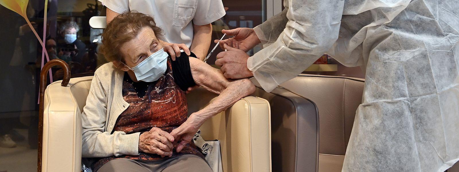 Selon l'infectiologue Yves Coppieters (ULB), le vaccin devrait atténuer le bilan macabre.