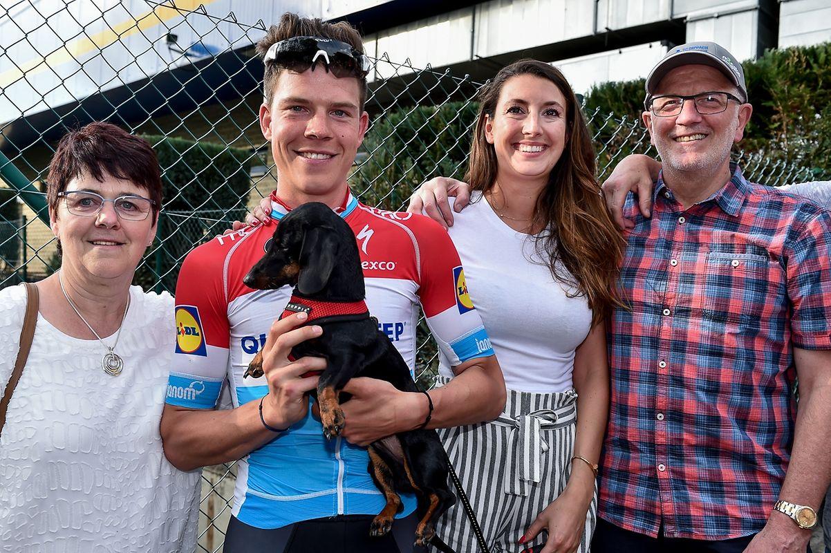 Bob freut sich zusammen mit seiner Freundin Ila (Mitte), Dackel Nero und seinen Eltern.