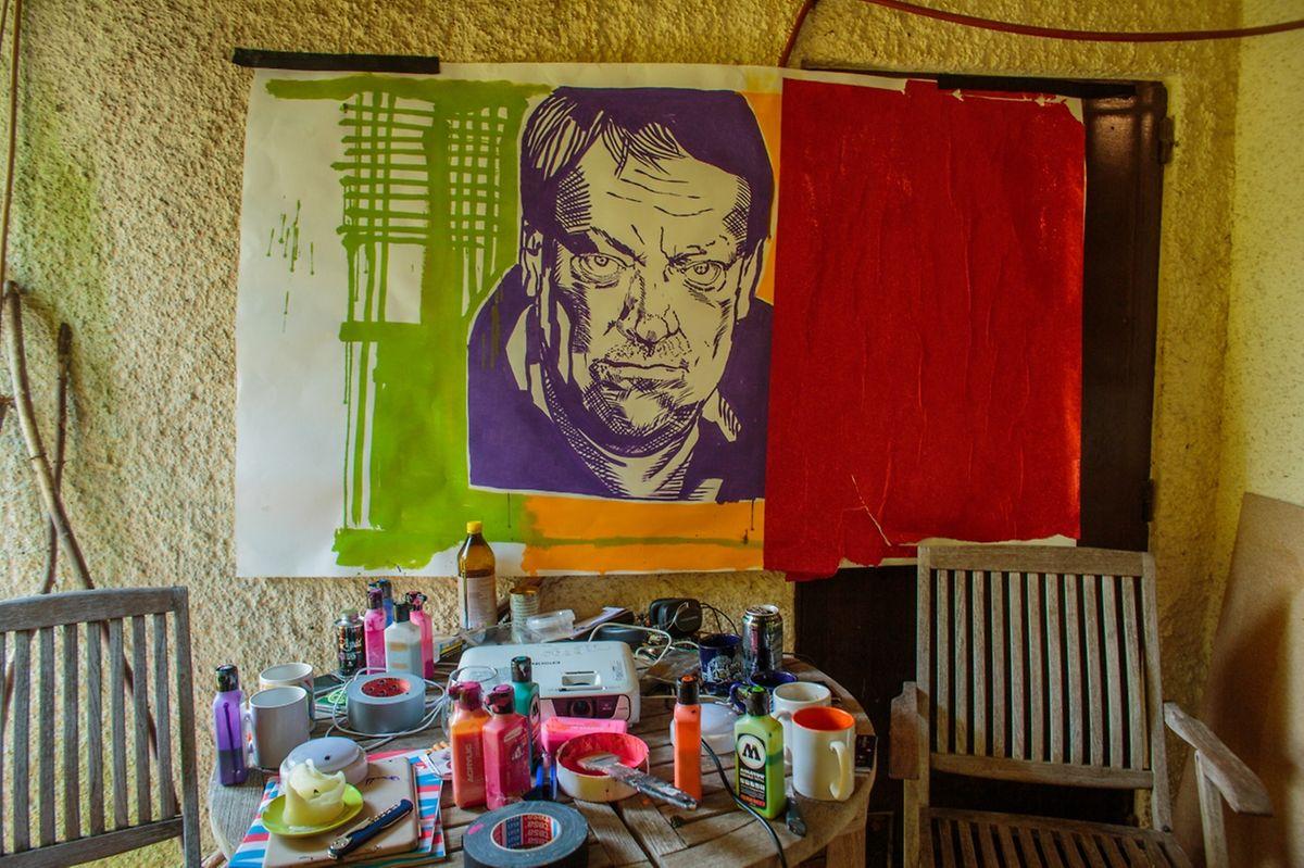 Das Porträt von Filmregisseur Pol Cruchten wartet darauf, an die Mauern der Hauptstadt angebracht zu werden.