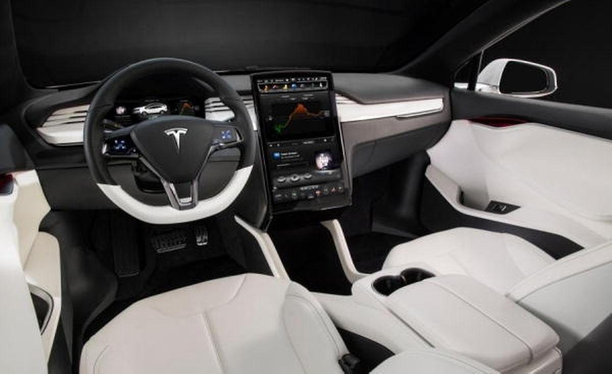 Auch im Interieur ist die Verwandtschaft mit dem Model S unverkennbar.