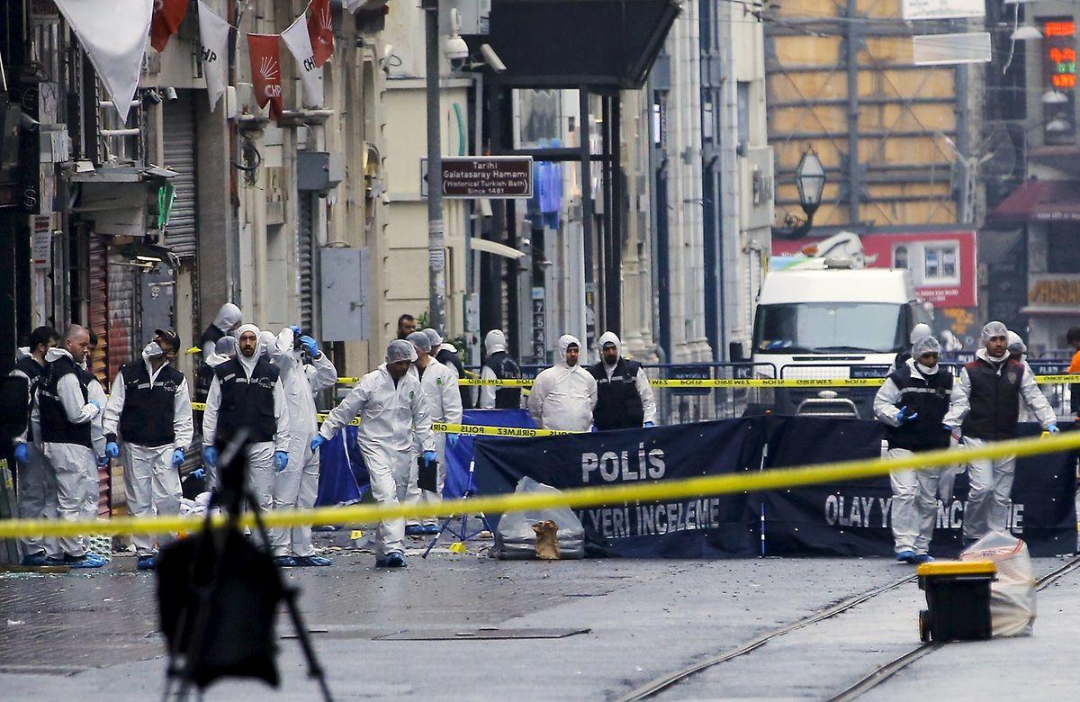 Forensiker untersuchten am Nachmittag den Anschlagsort im Einkaufsviertel von Istanbul.
