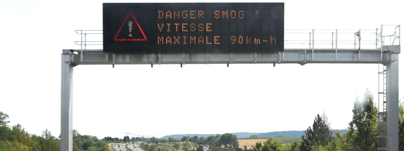 Auf Luxemburgs Autobahnen weisen Informationstafeln darauf hin, wenn die Geschwindigkeit wegen einer hohen Luftbelastung auf 90 Kilometer pro Stunde begrenzt wird.