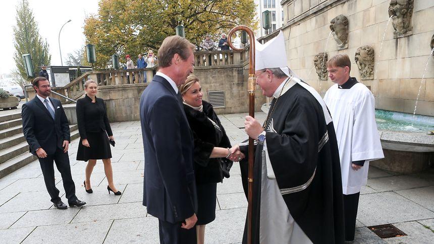 Erzbischof Jean-Claude Hollerich bei der Begrüßung des großherzoglichen Paares.