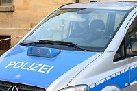 24.01.2020, Baden-Württemberg, Rot am See: Nach Schüssen in Rot am See im Nordosten Baden-Württembergs sitzen Polizisten in einem Polizeiauto an einem Haus. Hier sollen mehrere Menschen getötet worden sein. Ein Tatverdächtiger sei festgenommen worden, sagte die Polizei. Foto: Sebastian Gollnow/dpa - ACHTUNG: Ein Autokennzeichen wurde aus rechtlichen Gründen gepixelt +++ dpa-Bildfunk +++