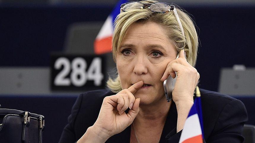 La candidate du parti d'extrême droite à la présidentielle française avait refusé le 10 mars de se rendre à une convocation des juges en vue d'une possible mise en examen dans cette affaire, invoquant son immunité.