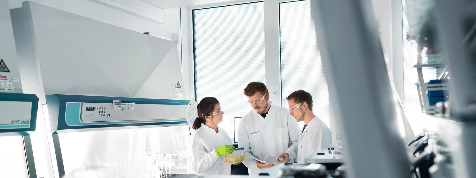 Mitarbeiter des Biotechnologie-Unternehmens Biontech beraten sich im Labor.