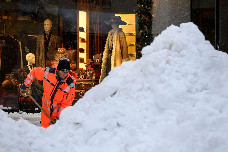 Schneeräumung extrem am 5. Dezember in St. Moritz in der Schweiz.