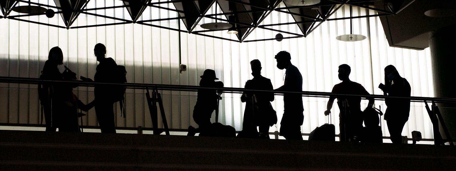 Warten auf einen Coronatest am Frankfurter Flughafen:Die Pandemie hat das gewohnte Reisen stark verändert.