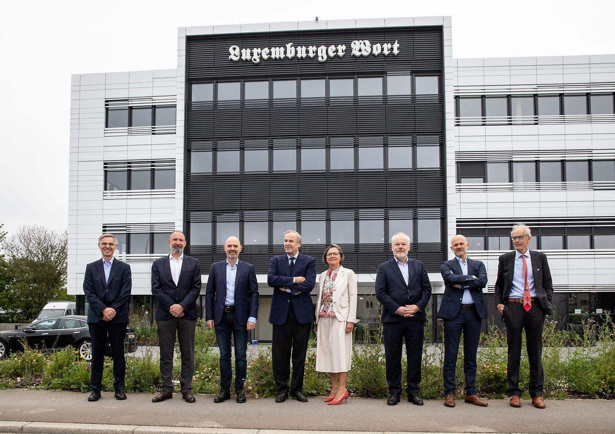 Les membres du conseil d'administration de Mediahuis Luxembourg, devant les nouveaux locaux du groupe.
