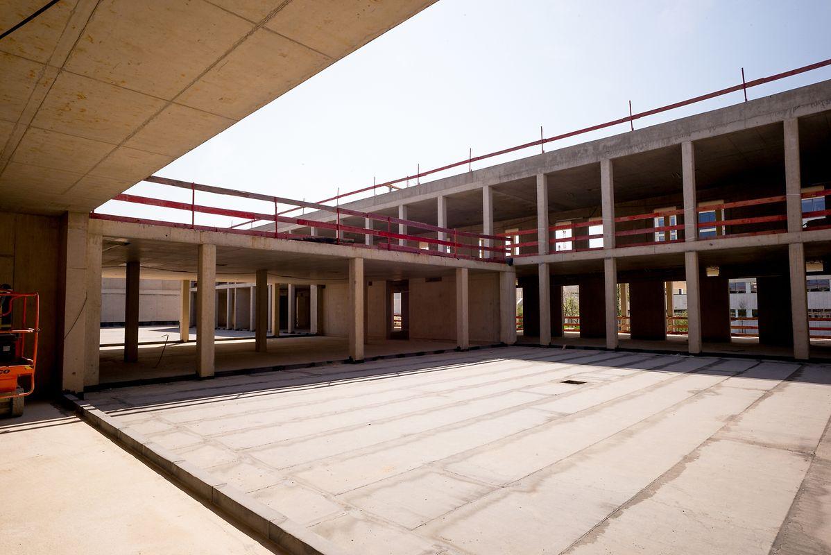 Der Eingangshof, in dem sich unter anderem der Haupteingang und der Zugang zur Schule befinden werden, ist bereits deutlich zu erkennen.