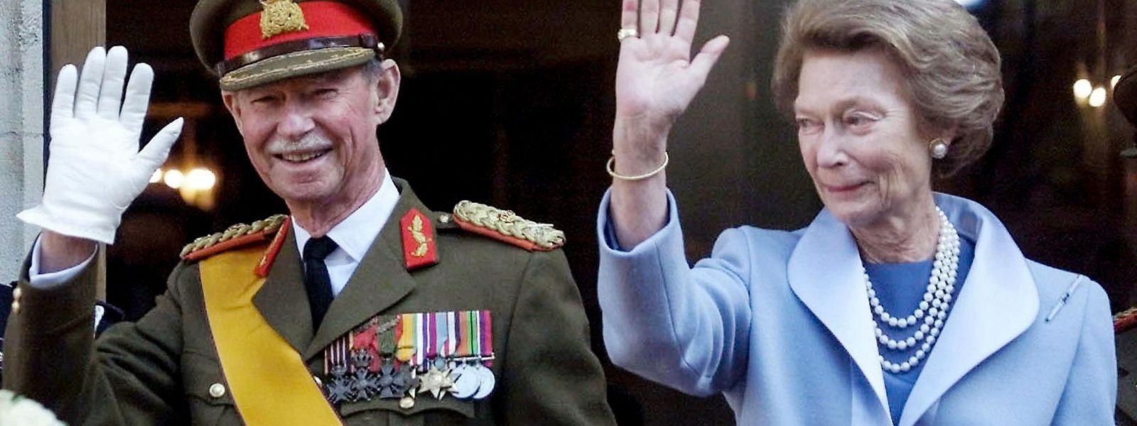 Großherzog Jean und Großherzogin Joséphine-Charlotte´bei der Amtsübergabe am 7. Oktober 2000.