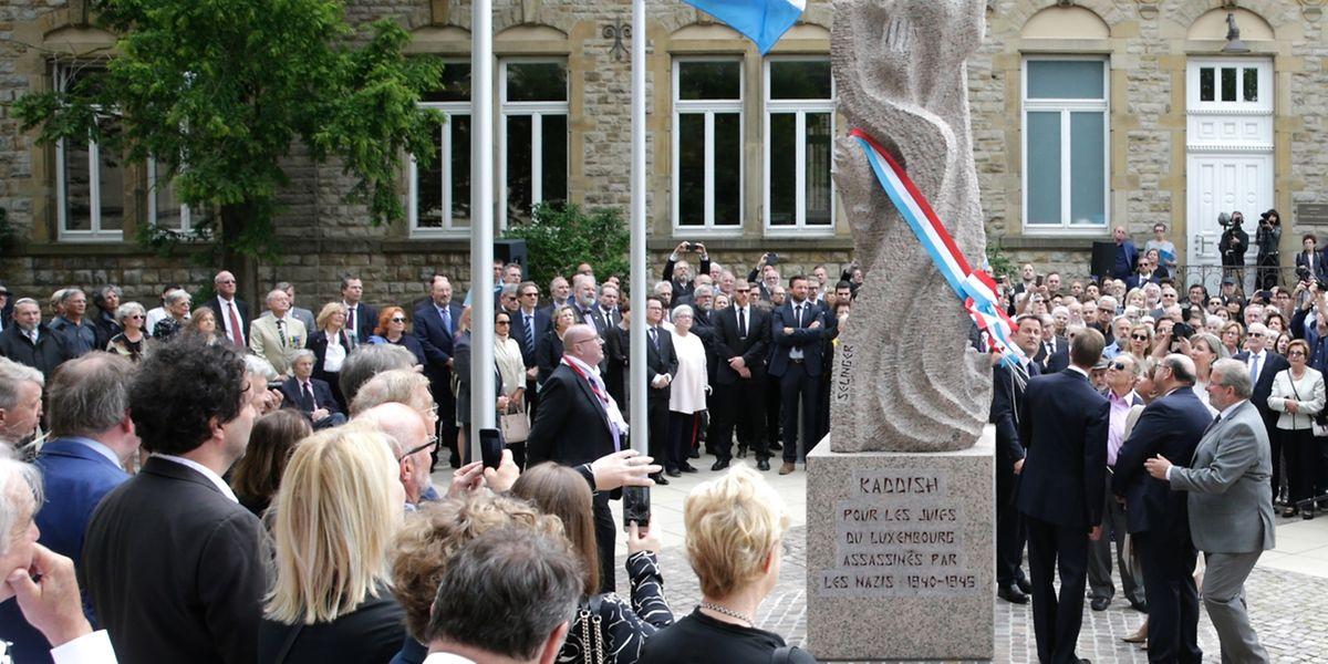 Am Boulevard Roosevelt, dort, wo  einst die erste Synagoge des Landes stand, wurde am Sonntag im Beisein des großherzoglichen Paares das Denkmal für die Opfer der Schoah eingeweiht.