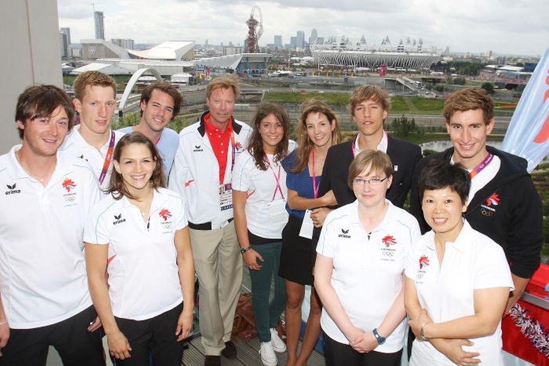 Die Gäste mit den Sportlern im olympischen Dorf.