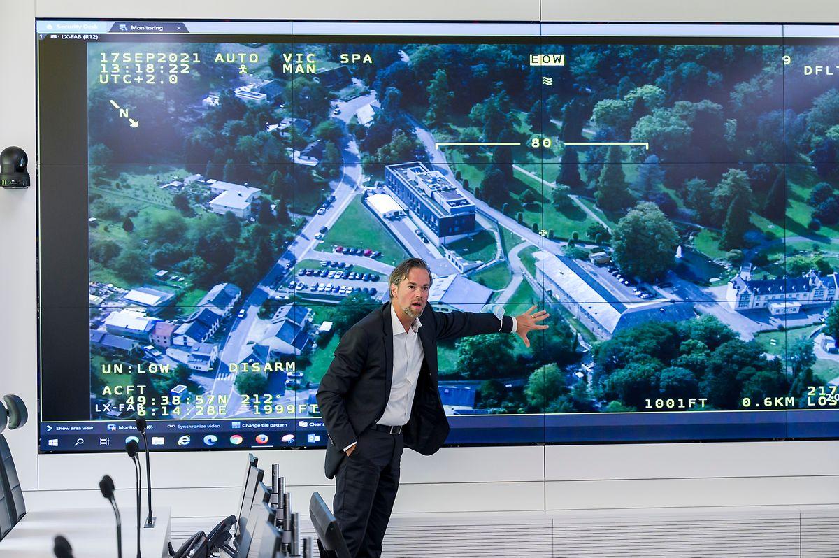 Luc Feller en pleine démonstration des installations impressionnantes du centre de crise.