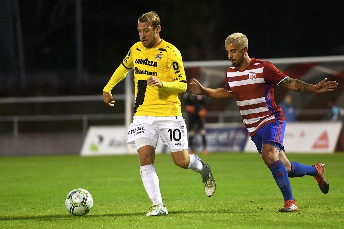 Dominik Stolz pressé par Mehdi Kirch. Le Fola a poussé Dudelange avant de voir son hôte du jour hériter d'un penalty en fin de match.