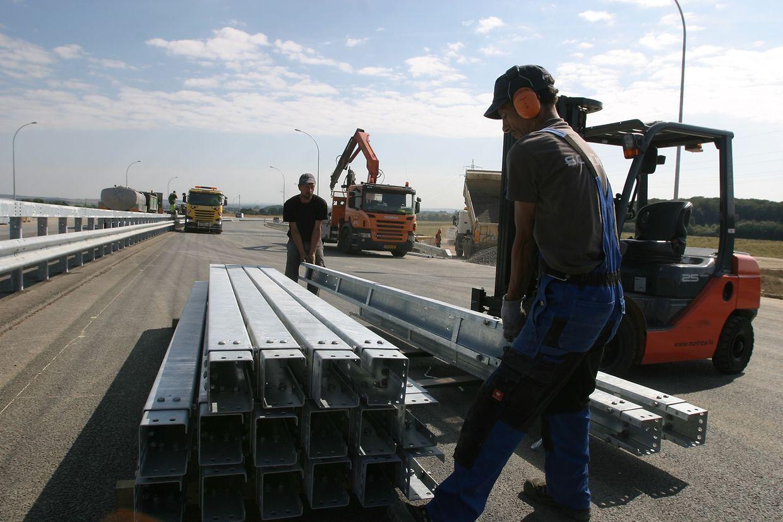 Parmi les derniers préparatifs avant l'ouverture du tronçon manquant: la fixation des glissières de sécurité.