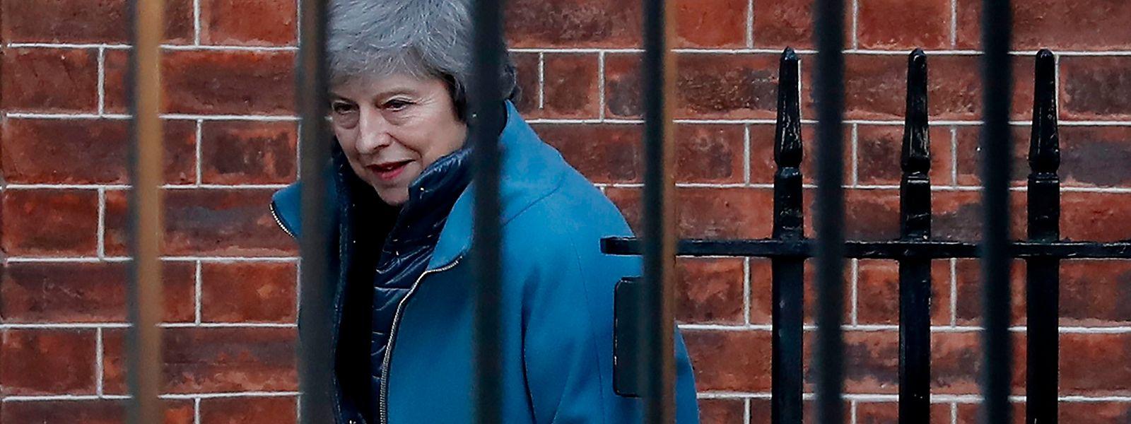 La dirigeante britannique réclame des  «changements contraignants » de ce dispositif honni des « Brexiters » . Elle espère ensuite obtenir un feu vert de ses parlementaires au traité de divorce, après le rejet cinglant essuyé en janvier.