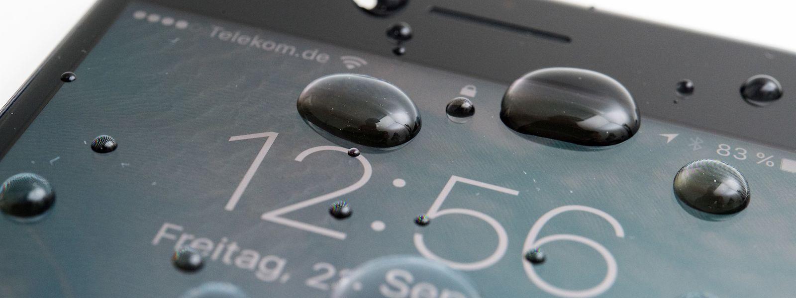 Wassertropfen bereiten den meisten modernen Smartphones keine Probleme.