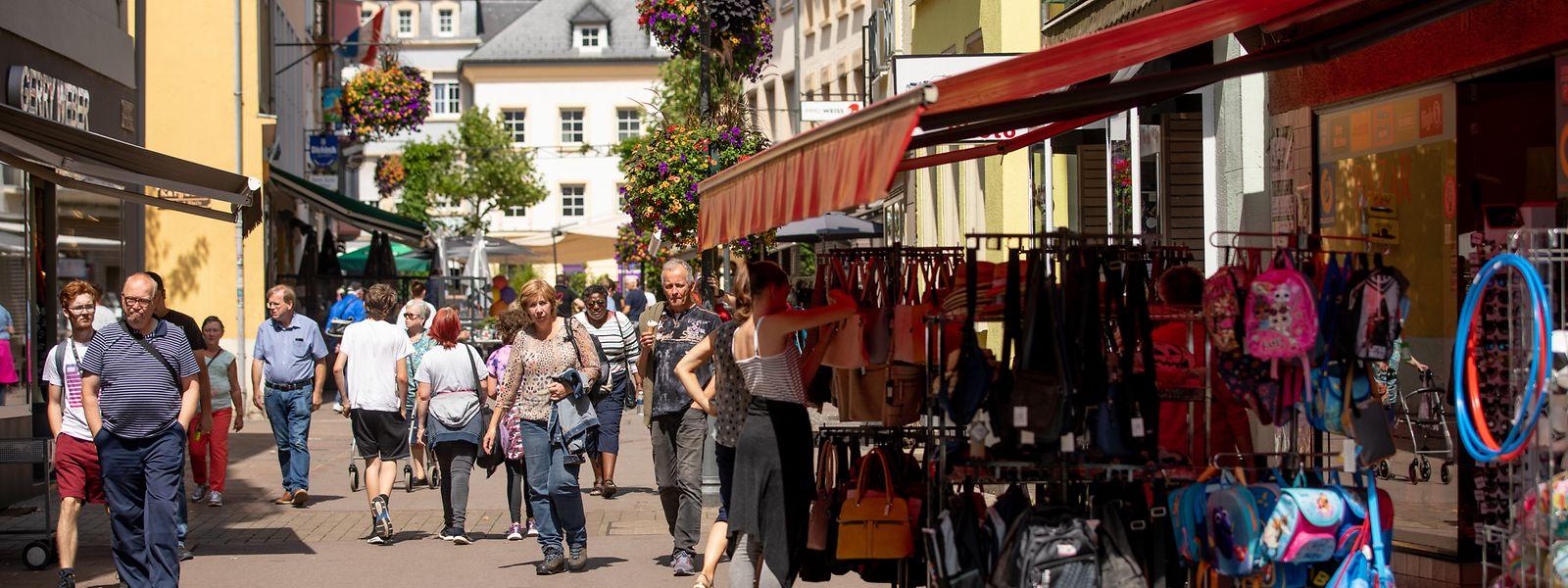 An sonnigen Tagen ist die Haupteinkaufsstraße gut von Anwohnern und Touristen besucht. Auch viele Arbeiter verbringen ihre Mittagspause auf einer der zahlreichen Terrassen.