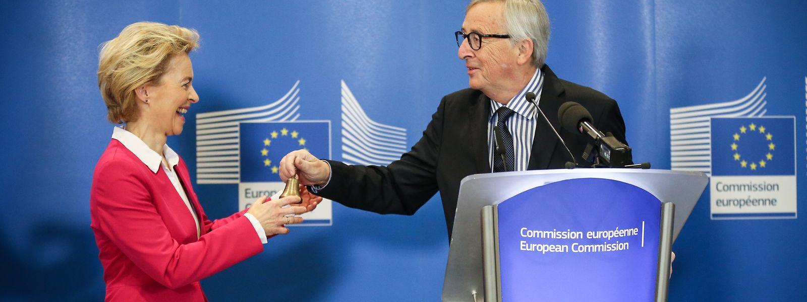 Juncker bei der Amtsübergabe an Ursula von der Leyen.